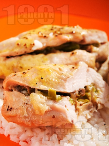Пълнени пилешки гърди с гъби и кашкавал печени на фурна в йенско стъкло / тенджера, поднесени с варен ориз - снимка на рецептата